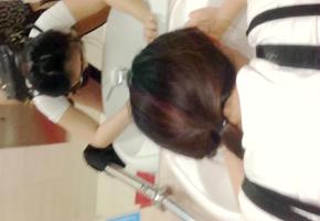 大学生背包客情侣突然性起在旅游景区的公厕里对着镜子啪啪自拍眼镜妹好骚啊下面好多白浆.mp4