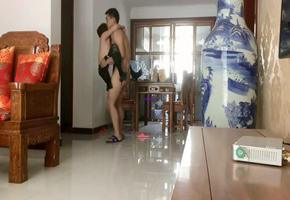 凉茶铺少妇老板娘中午休息穿着黑丝情趣内衣和猥琐奸夫在家里客厅偷情把精液射垃圾桶里.