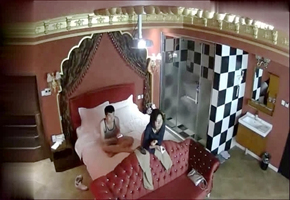 情趣酒店美式大床偷拍眼镜女和男炮友开房激情轮流换上位啪啪