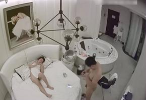 酒店特色房偷拍气质性感的漂亮小美女洗澡在浴缸被胖男友操完后又在床上继续干,这么漂亮的美女可惜了