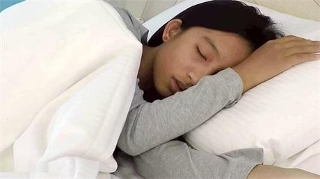 台湾女学生陈淑蓉三门全开 平时在学校发豪的一逼,到了床上被社会仔玩弄三洞