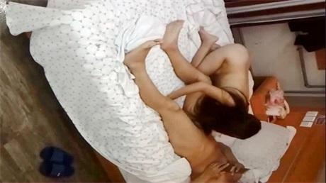 和网友37岁的老婆第2次约炮一边干一边微信把她逼干疼了要抹点润滑油继续干: