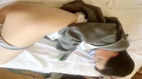 刚认识的深圳政府上班的文员 戴着眼镜好文静的女孩,把她约出来带到宾馆,眼前清新一片,这女孩真文艺: