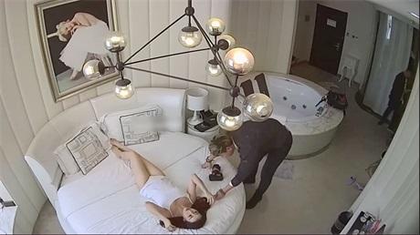 豪华酒店偷拍超性感的女神级白嫩美女: