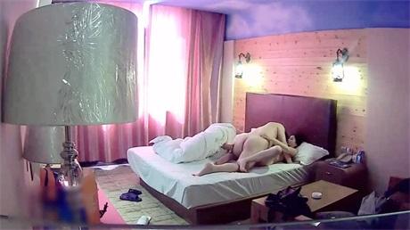 午休与老婆婆刚离异的大奶闺蜜宾馆开房啪啪配合各种姿势无套室内射
