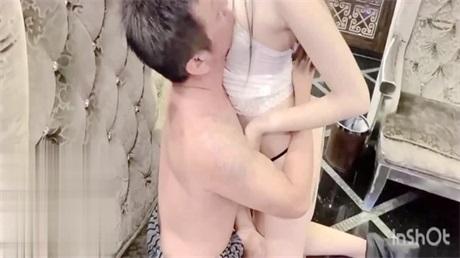 趁闺蜜去洗澡 跟闺蜜的爸爸做爱 竟然被干到高潮内容-绝对精彩刺激... 最后闺蜜出来的时候还差点被发现