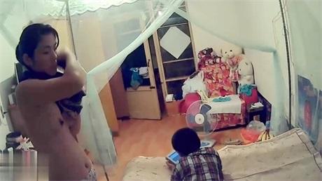 家庭摄像头破解美艳少妇和儿子在房间,翻箱倒柜找裙子,当着儿子面换衣服,那酮体那奶子垂涎哇!