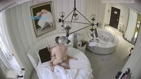 高颜值性感美女竟和猥琐胖男酒店开房,操的花样还真多没想到胖男体力那么好连续干次