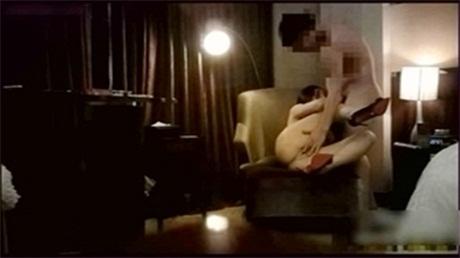 身材完美的巨乳妹子黑丝制服换上粉嫩的情趣服沙发上劈开性感的美腿自慰淫穴