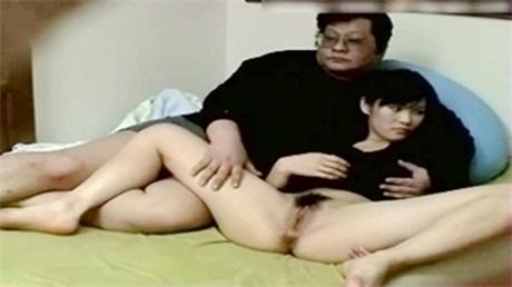 美乳细腰保养的很好的少妇人妻卧室心不在焉的性爱夫妻自拍