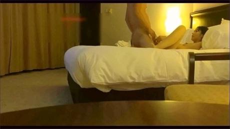 酒店准备好丝袜的淫男让炮友穿上丝袜后入爆操
