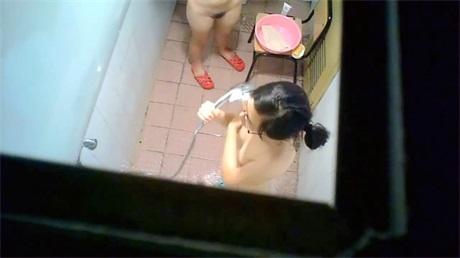 校园女澡堂大胆淫主冒死偷拍身材很好的女学生洗澡真刺激