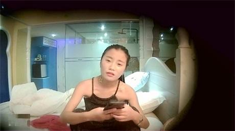 美女主播勾搭个屌丝包皮很长的小哥KTV啪啪 说男的JB太小了