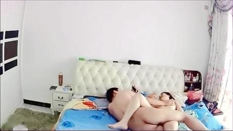 白天一丝不挂中年夫妻床上嗨皮大叔的粗黑屌很赞坚挺立着骚妻全程主动坐插