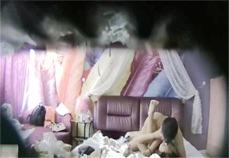 精品酒店偷拍女神级气质性感美女吃完外卖化个妆才同意和情人啪啪,鸡巴进去狠狠惩罚连操3次,边干边用手机拍摄!
