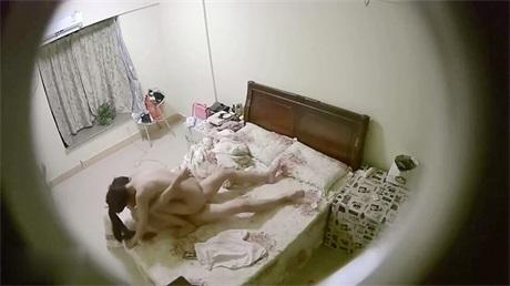 酒店偷拍小两口开房拍拍女的一开始还不让做 男的强行进入