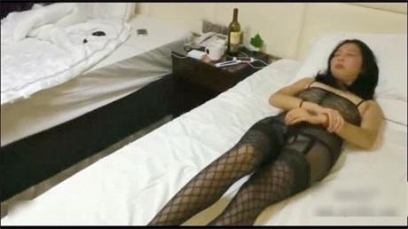 宾馆连体黑渔网露脸人妻被俩淫兽干的上气不接下气菊花爆操
