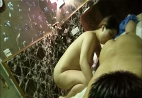 洗浴中心做完足疗的男子被按摩女勾引的性欲大增包间叫小姐发泄性欲