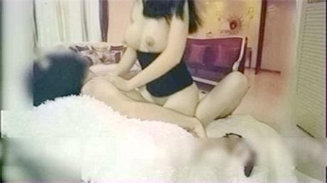 爆乳女友沙发疯狂激情后入 情趣站立式后入